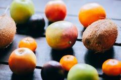 Różna świeża cytrus owoc w koszu na drewnianym tle Fotografia Stock