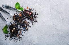 Różna herbata w łyżkach jakby fotografia royalty free