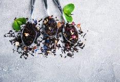Różna herbata w łyżkach jakby obrazy stock