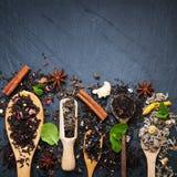 Różna herbata w drewnianych łyżkach jakby obrazy royalty free