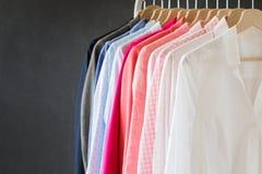 Różne barwione koszula wiesza na stojaku obrazy stock