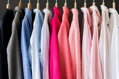 Różne barwione koszula wiesza w rzędzie obraz royalty free