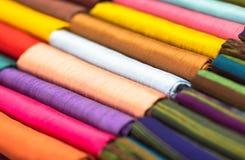 Różne barwione tkaniny starannie składać dla pokazu zbliżenie obrazy stock