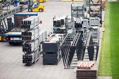 Różne części metal rusztują na budowy polu Pracownicy budują koncertową scenę zdjęcia stock