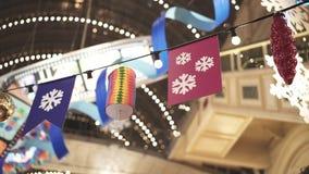 Różne dekoracje wiesza na drucie z lampami wśrodku domu towarowego zbiory