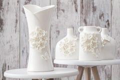 Różne Dekoracyjne Białe wazy na Białym tle Obraz Stock