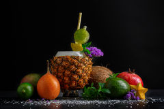 Różne egzotyczne owoc Ananasowa filiżanka, cały avocado, czerwony garnet i mennica na czarnym tle, składniki naturalni Fotografia Stock