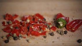 Różne gorące pieprzowe pikantność świeżo gruntują na drewnianym tle Odgórny widok, jalapeno meksykanin zbiory wideo