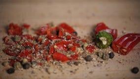 Różne gorące pieprzowe pikantność świeżo gruntują na drewnianym tle Odgórny widok, jalapeno meksykanin zdjęcie wideo