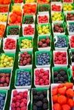 Różne jagody na rynku w południe Francja, Arles, Provence Obrazy Royalty Free