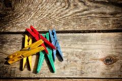 Różne kolor klamerki odziewają Zdjęcia Stock