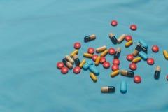 Różne Kolorowe pigułki, pastylki I kapsuły Na Błękitnym tle, Zdjęcia Stock