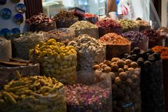 Różne kolorowe pikantność w pudełkach sprzedawali przy rynkiem zdjęcia stock