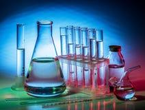 Różne laboranckie zlewki i glassware zdjęcia royalty free