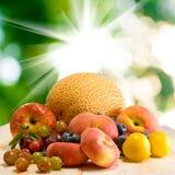 Różne owoc na stole przeciw słońcu Obrazy Stock