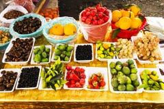 Różne owoc, pomarańcze, bonkrety, feijoa, granatowiec, kiwi, figi, jabłka, czarni rodzynki, rajów jabłka, Greckie dokrętki zdjęcie stock