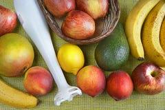 Różne owoc z białym blender na stołowym odgórnym widoku zdjęcie royalty free