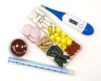 Różne pigułki, lekarstwa w pudełku dla leków z medycyną z strzykawką z termometrem na białym tła zbliżeniu i Obrazy Stock