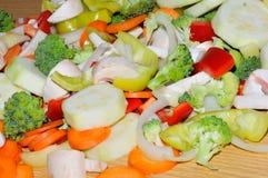 Różni świezi warzywa cią up w kawałkach przygotowywających dla fertania f Zdjęcie Royalty Free