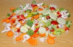 Różni świezi warzywa cią up w kawałkach przygotowywających dla fertania f Obrazy Stock