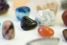 Różni barwioni kamienie w rzędzie odizolowywającym na bielu Obraz Royalty Free
