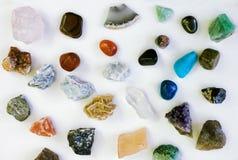 Różni barwioni kamienie w rzędzie odizolowywającym na bielu Obrazy Royalty Free