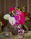 Różni barwioni kwiaty i liście w bidonie Obraz Royalty Free