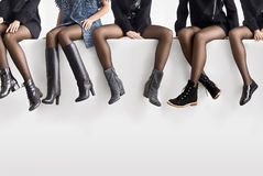 Różni buty na żeńskich ciekach Obrazy Stock