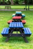 R??ni coloured sto?y i siedzenia w parku zdjęcia royalty free