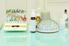 Różni dentysty ` s narzędzia i meds Zdjęcie Stock