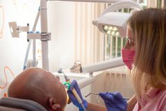 Różni fachowi stomatologiczni przyrząda na zamazanym tło dentyście, taktują pacjenta w stomatologicznym biurze Selekcyjna ostrość obrazy royalty free