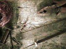 Różni gwoździe i miedziany drut na drewnianym bacground Zdjęcie Stock