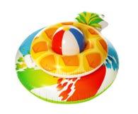 Różni jaskrawi nadmuchiwani pierścionki z plażową piłką na bielu tw?j wakacje rodzinny szcz??liwy lato zdjęcia stock