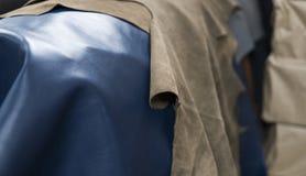 Różni kawałki skóra Kawałki barwione skóry Naturalnego błękita ang jasnobrązowa skóra Surowi materiały dla fotografia stock
