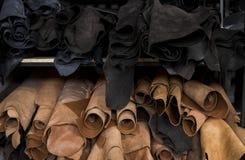 Różni kawałki skóra w rolki Kawałki barwione skóry Rolki naturalny brąz, czerń i inny fotografia royalty free