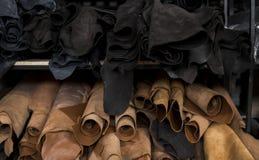 Różni kawałki skóra w rolki Kawałki barwione skóry Rolki naturalny brąz, czerń i inny obrazy stock