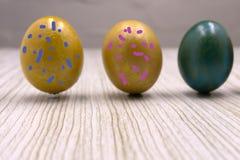 Różni kolorowi Wielkanocni jajka, szczęśliwy wakacje, kurczaka jajko, tradycyjny Chrześcijański eastertime malujący jajka, tęcza  fotografia stock