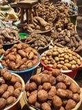 Różni korzeniowi warzywa i grule dla sprzedaży od wiader na miejscowym wprowadzać na rynek w Cameroon, Afryka Zdjęcie Stock