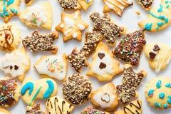Różni kształty shortbread waniliowi Bożenarodzeniowi ciastka robić i dekorujący dzieciakami z lodowacenia czekoladowym ganache ko fotografia royalty free