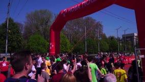 Różni ludzie, dzieci w kolorach holi, kurort koniec maraton Przy kona spotkania uczestnikami zbiory wideo
