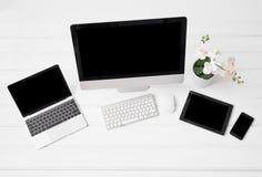 Różni nowożytni gadżety na biurku zdjęcia stock