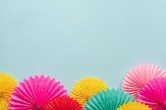 Różni papierowi kwiaty na błękitnym stołowym odgórnym widoku Świąteczny lub partyjny tło Odbitkowa przestrzeń dla teksta urodzino obraz stock