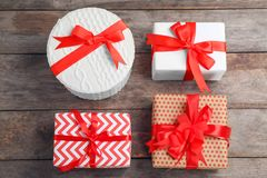 Różni prezentów pudełka na drewnianym tle Zdjęcie Stock