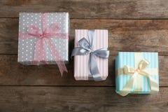 Różni prezentów pudełka na drewnianym tle Fotografia Royalty Free