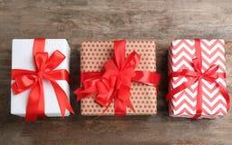 Różni prezentów pudełka na drewnianym tle Zdjęcie Royalty Free