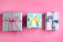 Różni prezentów pudełka na koloru tle Obraz Stock