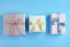 Różni prezentów pudełka na koloru tle Zdjęcie Stock