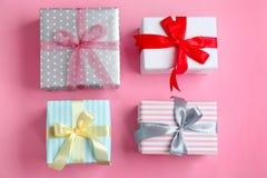 Różni prezentów pudełka na koloru tle Zdjęcia Royalty Free