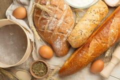 Różni rodzaje chleb z banatką i jajkami, odgórny widok Pojęcie sklep spożywczy i piekarnia fotografia stock