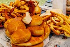 Różni rodzaje uwędzony ser na stole zdjęcie stock